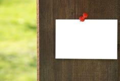 Biały nutowy papier na drewnianym tle Fotografia Stock