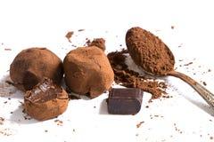 bia?y odosobnione czekolad trufle zdjęcie royalty free