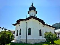 Biały ortodoksyjny monaster w Rumunia Fotografia Stock