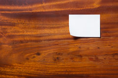 Biały papier na brown drewno desce Obrazy Royalty Free