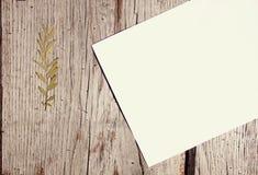 Biały papier na drewnianej powierzchni Zdjęcia Stock
