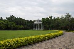 Biały pawilon w ogródzie Obraz Stock