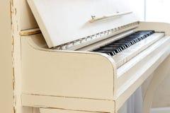 Biały pianino, boczny widok instrument, instrument muzyczny learn Obraz Royalty Free