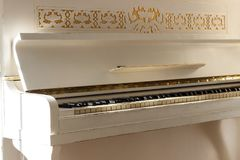 Biały pianino, boczny widok instrument, instrument muzyczny learn Fotografia Stock
