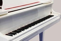 Biały pianino klucze Zdjęcia Royalty Free