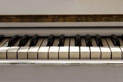 Biały pianoforte, frontowego widoku instrument, instrument muzyczny lea Fotografia Stock