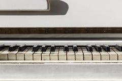 Biały pianoforte, frontowego widoku instrument, instrument muzyczny lea Obrazy Stock