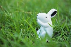 Biały pluszowy królik na trawie Fotografia Royalty Free