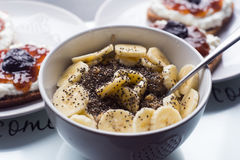 Biały puchar cornflakes i plasterek banan Fotografia Stock