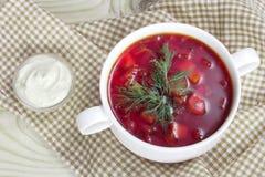 Biały puchar z czerwonymi tradycyjnymi barszczami Zdjęcie Stock
