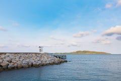 Biały ratownika stojak na seacoast linii horyzontu Obrazy Royalty Free