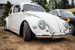 Biały rocznika Volkswagen samochód obraz stock