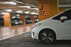 Biały samochodu pobyt Samochodowy parking Zdjęcia Royalty Free