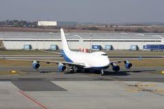 Biały samolot przy lotniskiem Obraz Stock