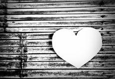 Biały serce na bambusa wzorze Fotografia Royalty Free