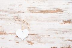 Biały serce na rocznika drewnianym tle Obrazy Stock