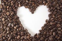 Biały serce w ramie kawowe fasole Obraz Stock