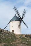 Biały stary wiatraczek na wzgórzu blisko Consuegra Zdjęcie Stock