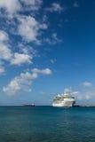 Biały statek wycieczkowy na Lazurowym morzu Fotografia Royalty Free