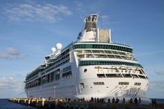 Biały statek wycieczkowy w porcie zdjęcia stock