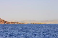 Biały statku chodzenie czerwonym morzem Fotografia Stock