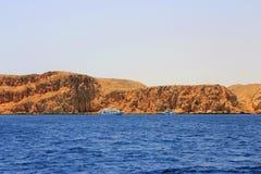 Biały statku chodzenie czerwonym morzem Obraz Royalty Free