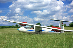 Biały szybowa samolot na trawie obrazy stock