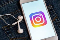 Bia?y telefon z logo og?lnospo?eczny medialny Instagram na ekranie Og?lnospo?eczna medialna ikona obrazy royalty free