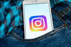 Bia?y telefon z logo og?lnospo?eczny medialny Instagram na ekranie Og?lnospo?eczna medialna ikona fotografia stock