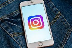Bia?y telefon z logo og?lnospo?eczny medialny Instagram na ekranie Og?lnospo?eczna medialna ikona obraz royalty free