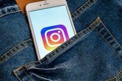 Bia?y telefon z logo og?lnospo?eczny medialny Instagram na ekranie Og?lnospo?eczna medialna ikona obrazy stock