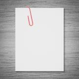 Biała pusta przestrzeń i czerwona papierowa klamerka Zdjęcia Royalty Free
