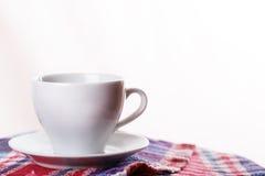 Białego kubka herbaciana kawowa szkocka krata Obrazy Royalty Free