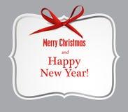 Białego papieru prezenta karta z czerwonym atłasowym łękiem Zdjęcia Stock