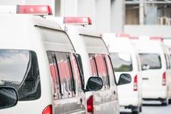 Biali ambulansowi samochody obraz stock