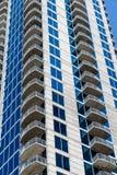 Biali balkony Wzrasta w górę Błękitny i Biały wierza Fotografia Stock