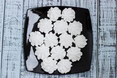 Biali bez ciastka na talerzu obrazy stock
