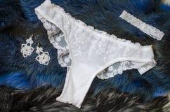 Biali bridal majtasy na błękitnym tle z wysuszonymi różami Fa Obrazy Stock