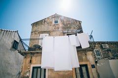 Biali czyści pralni zrozumienia na budynku obrazy stock