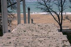 Biali drewniani schodki zestrzelają wyrzucać na brzeg Obraz Royalty Free