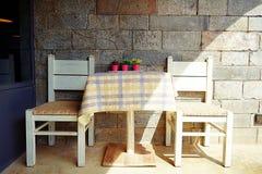 Biali drewniani stołu i Białych drewniani krzesła z rocznika tłem obrazy stock