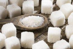 Biali dystyngowani cukierów sześciany i proszek obrazy royalty free