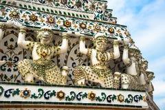 Biali Gigantyczni opiekuny Wspiera pagodę w Wacie Arun Zdjęcie Stock