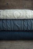 Biali i błękitni pulowery Zdjęcia Royalty Free