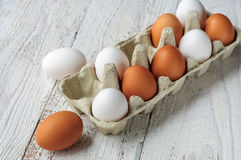 Biali i brown jajka w kartonie Obraz Royalty Free