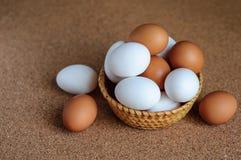 Biali i brown jajka w słomianym koszu Zdjęcie Stock