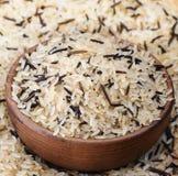 Biali i czarni ryż w drewnianym naczyniu zdjęcia royalty free