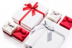 Biali i czerwoni prezentów pudełka odizolowywający na białym tle Obraz Royalty Free