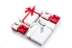 Biali i czerwoni prezentów pudełka odizolowywający na białym tle Obrazy Stock