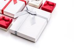 Biali i czerwoni prezentów pudełka odizolowywający na białym tle Obraz Stock